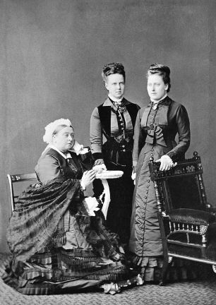 queen_victoria_the_duchess_of_edinburg_and_prince_beatrice