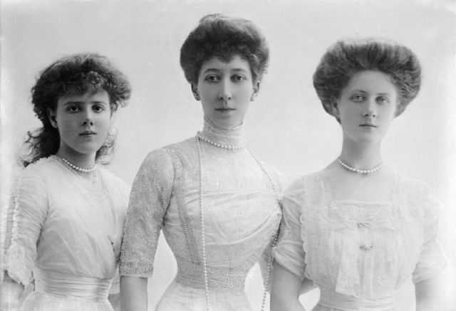 Princess_Louise,_Duchess_of_Fife,_and_daughters_Princesses_Maud_and_Alexandra.jpg