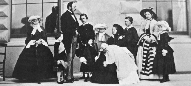 1280px-Queen_Victoria_Prince_Albert_and_their_nine_children.JPG