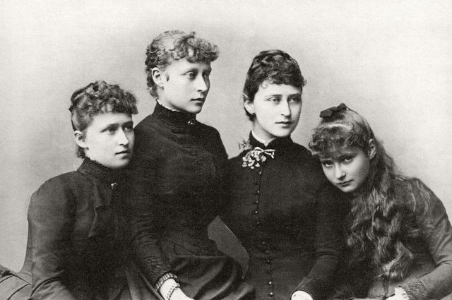 1024px-Princesses_Irene,_Victoria,_Elisabeth_and_Alix_of_Hesse_and_by_Rhine.jpg