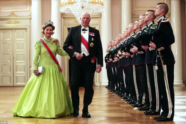 4023EFB600000578-4489432-Norway_s_King_Harald_and_Queen_Sonja_arrive_at_a_gala_dinner_to_-a-85_1494358897797.jpg