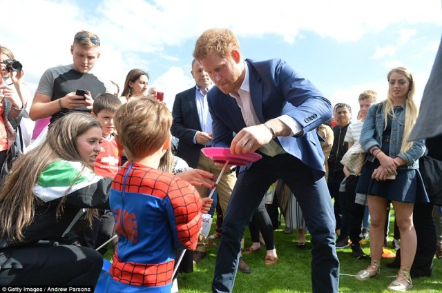 40466E9B00000578-4502856-Around_850_children_and_teenagers_arrived_at_the_Queen_s_famous_-a-3_1494701903203.jpg