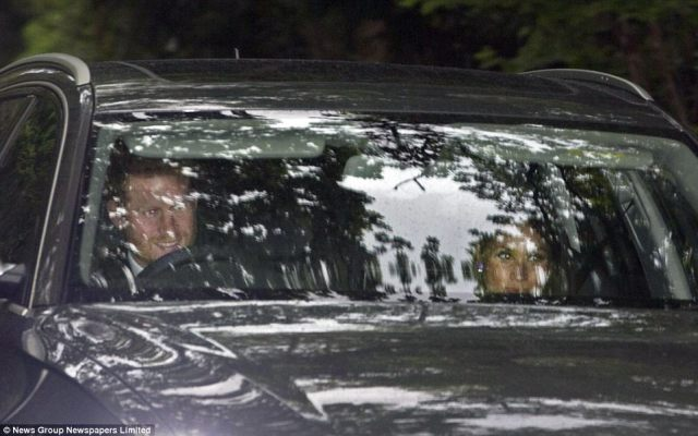 40987E5F00000578-4527140-A_smiling_Prince_Harry_drove_his_girlfriend_Meghan_Markle_to_the-a-57_1495371603693.jpg