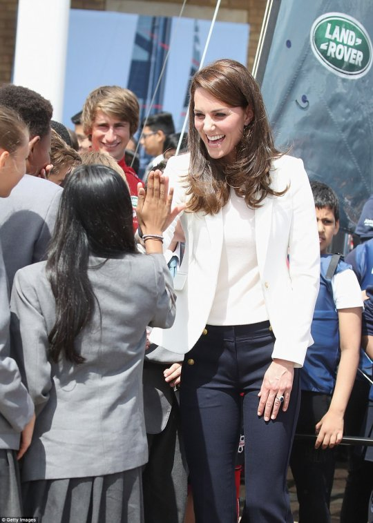 4177B1ED00000578-4610494-LONDON_ENGLAND_JUNE_16_Catherine_Duchess_of_Cambridge_meets_scho-a-60_1497611949539.jpg