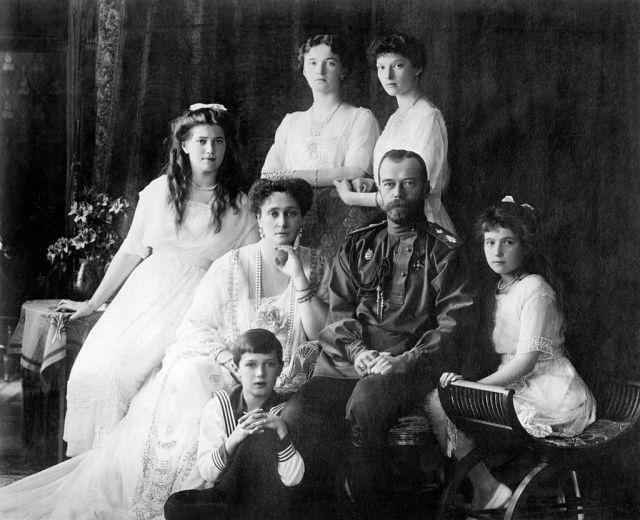 1024px-Family_Nicholas_II_of_Russia_ca._1914.jpg
