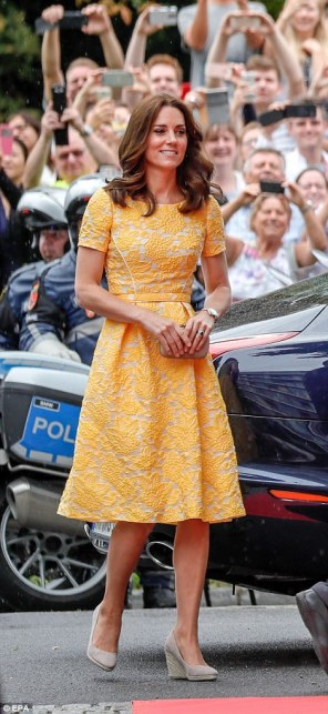 42830AA100000578-4713936-Kate_35_was_a_real_ray_of_sunshine_this_morning_as_she_arrived_i-a-97_1500569157613