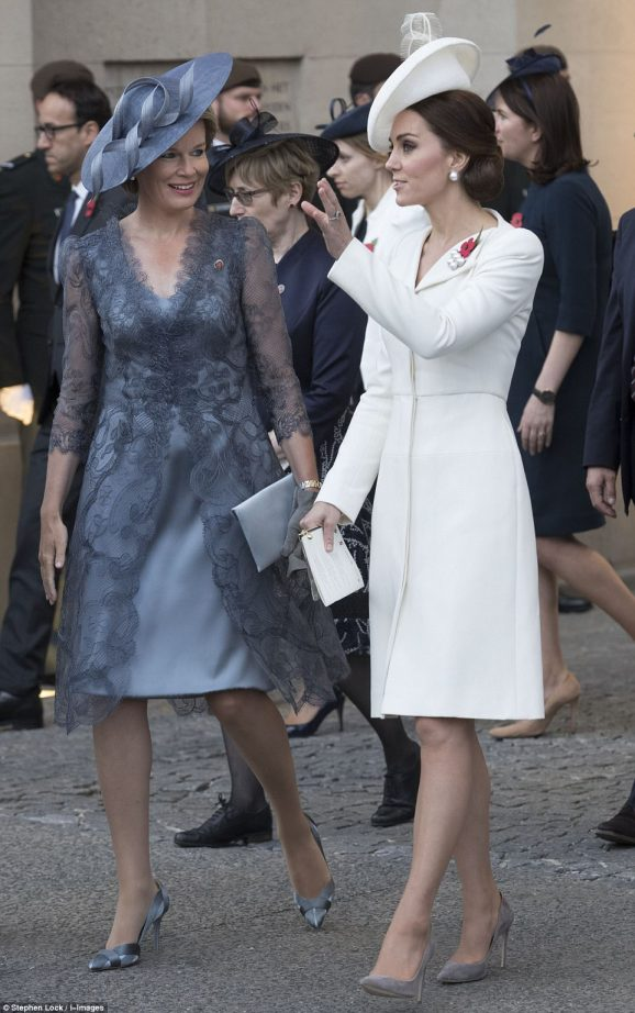 42D4C37D00000578-4744420-The_Duchess_of_Cambridge_and_Queen_Mathilde_were_talking_animate-a-1_1501441803980.jpg