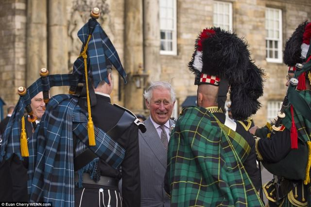 434ECAFB00000578-4796964-Clarence_House_tweeted_The_Duke_of_Rothesay_pic_and_the_Duke_of_-a-13_1502924157362.jpg