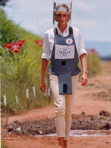 Princess-Diana-walked-through-a-mine-field-in-Angola-in-1997-to-raise-awareness-for-bomb-victims-885779