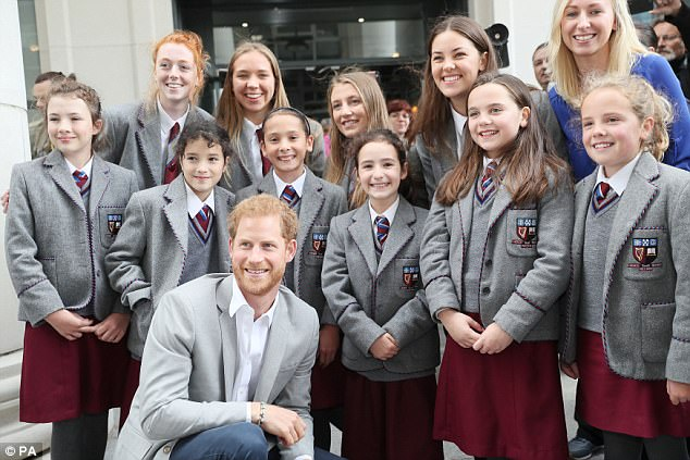 4400DFD000000578-4861440-The_royal_is_photographed_with_an_excitable_group_of_school_chil-a-5_1504796711553.jpg
