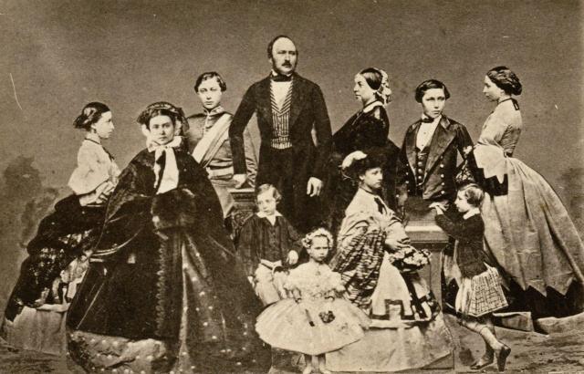 Prince_Albert_of_Saxe-Coburg-Gotha,_Queen_Victoria_and_their_children_by_John_Jabez_Edwin_Mayall_(née_Jabez_Meal)
