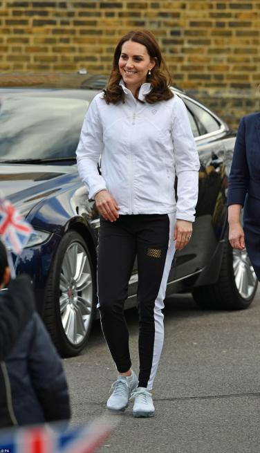 483A9E7200000578-5278733-The_Duchess_swapped_her_Boden_coat_for_luxury_jogging_bottoms_as-a-6_1516228773670