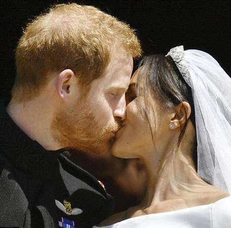 4C6DF84900000578-5747477-Meghan_and_Harry_s_kiss_sparked_huge_cheers_from_people_outside_-a-50_1526738881724