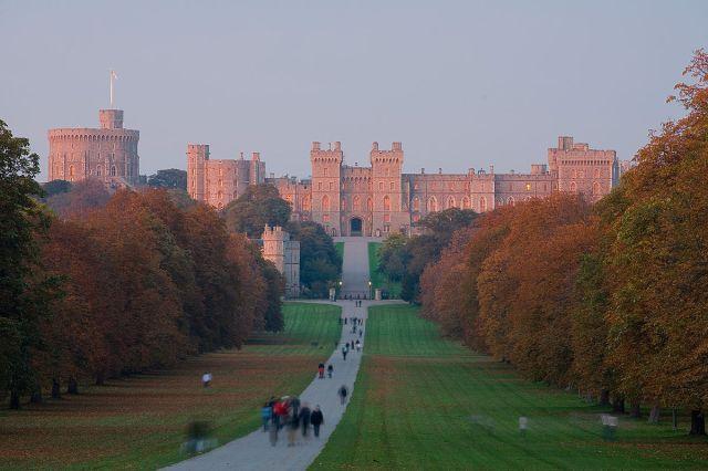 1200px-Windsor_Castle_Sunset_-_Nov_2006